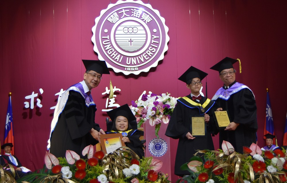 東海外文系李子筠(左)美術系林宜政(右二)獲「特殊學習成就獎」