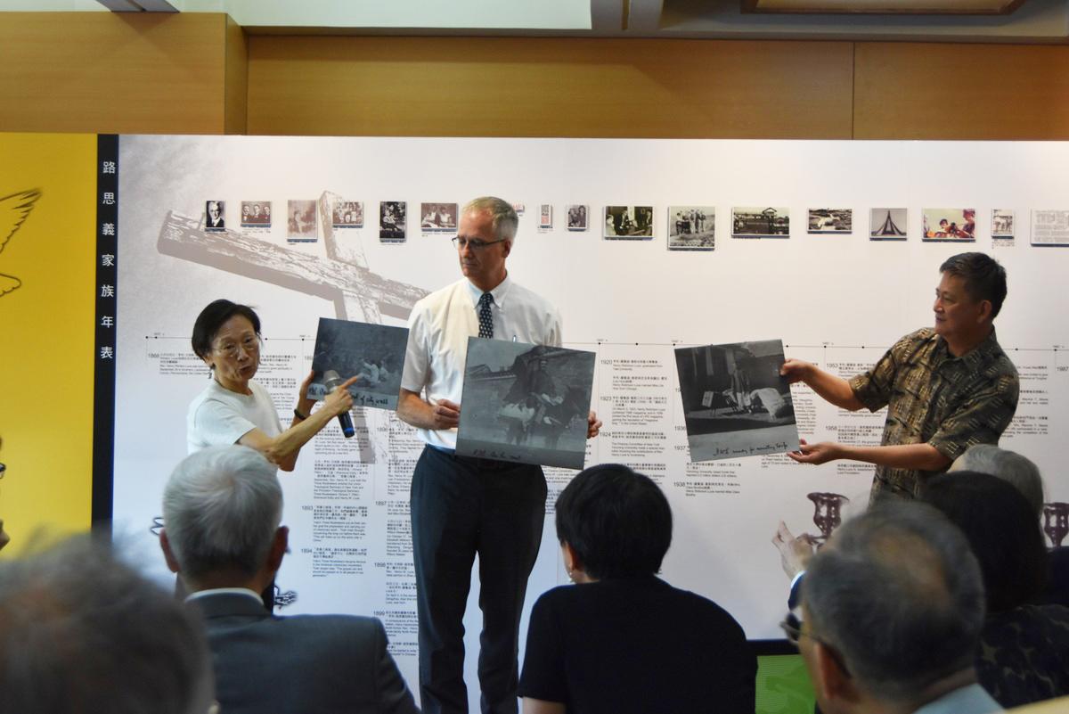 東海紀念路思義先生150歲生日其外孫媳婦劉小如教授介紹其至中國的老照片,中間為東海校牧柯達文,右邊為圖書館長彭懷真
