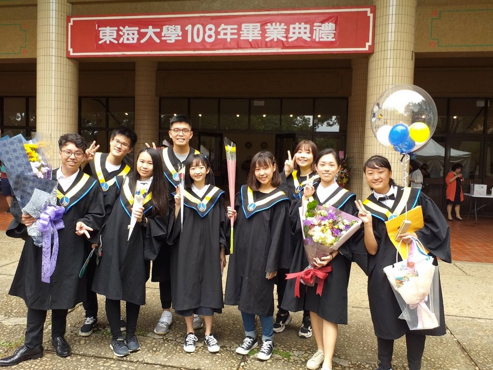 畢業生歡樂合照