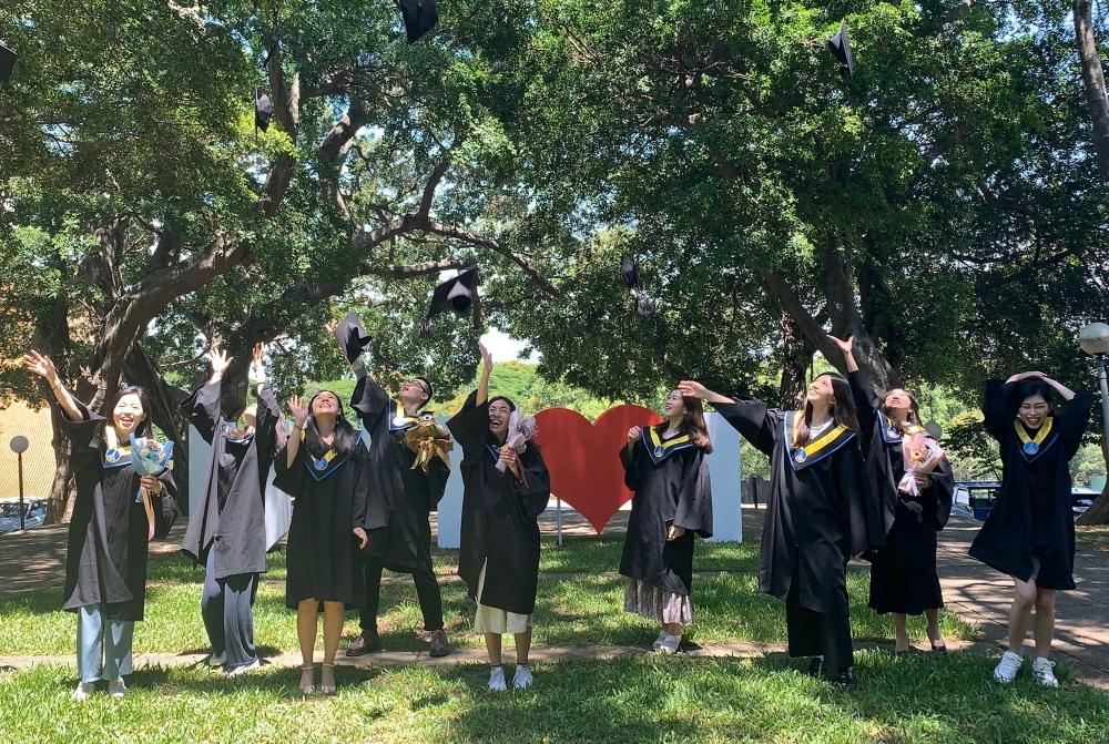 畢業生歡樂拍照