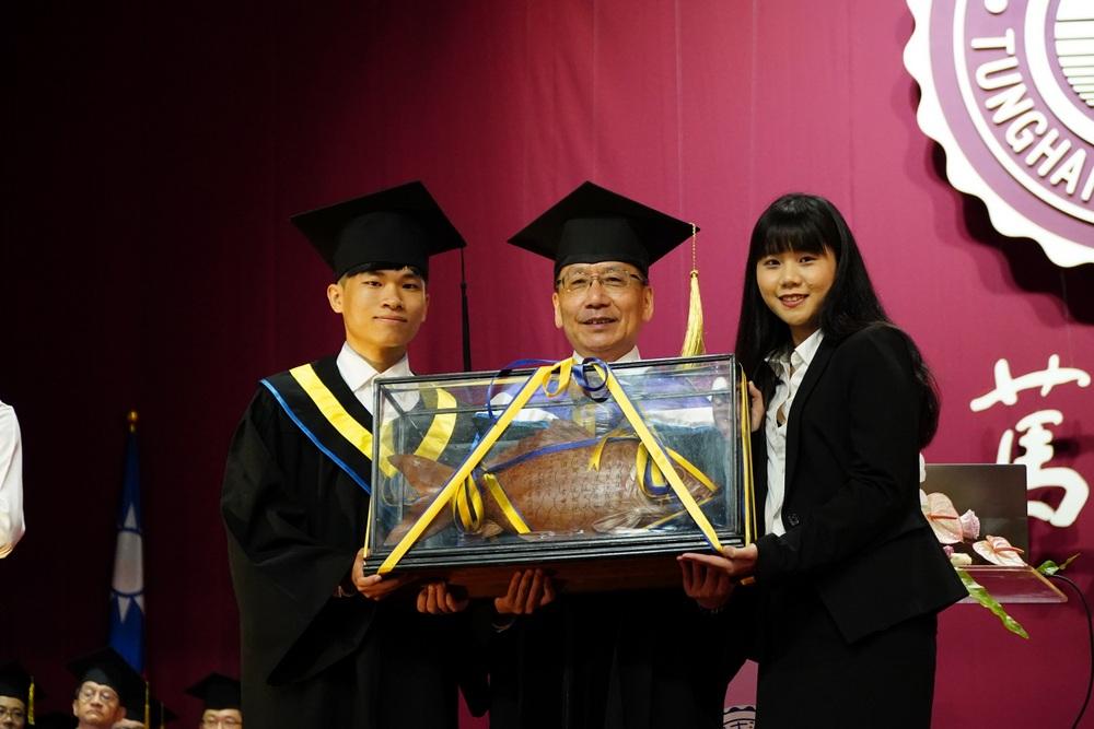 畢聯會主席謝宗佑(及學生會長莊舒涵左)(右)進行薪火相傳